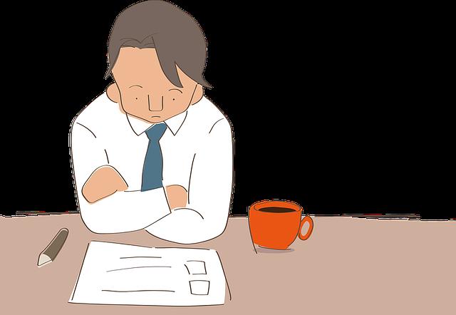 smutny człowiek nad kartką papieru