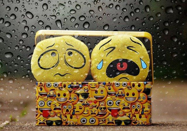 płaczące emotikony w pudełku
