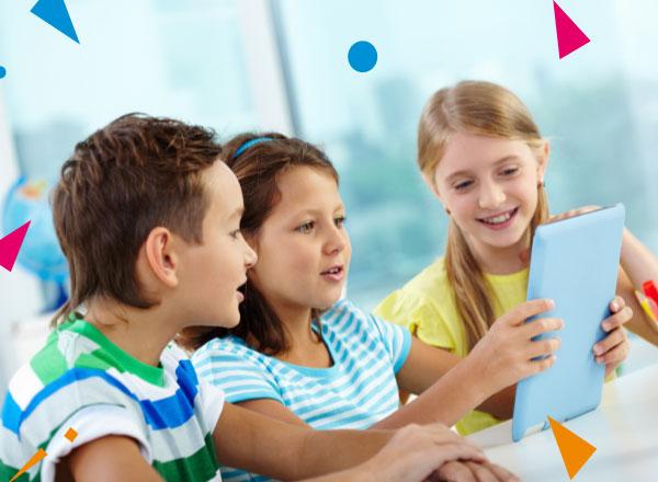 Dzieci zapatrzone w tablet