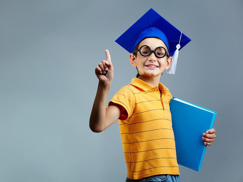 Młody uczeń w czapce absolwenta